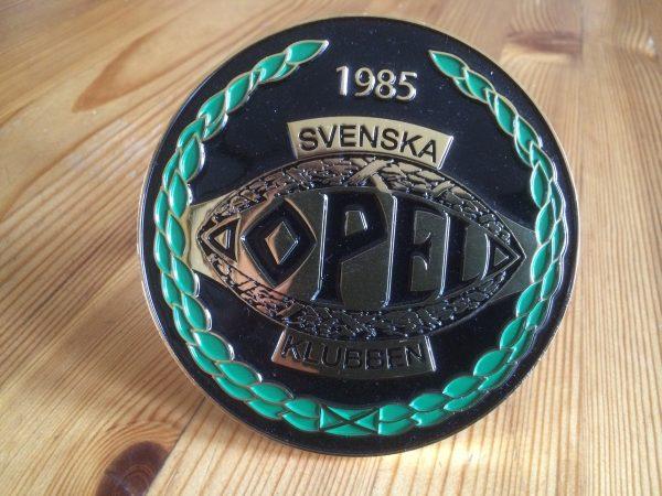 Gjuten klubbskylt med Svenska Opelklubbens logga